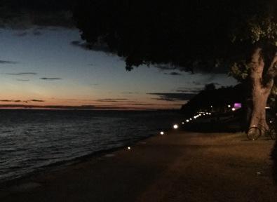 """Strandvägen i Visby på väg """"hem"""" för att sova."""