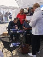 Tino Sanandaji signerar sin bok